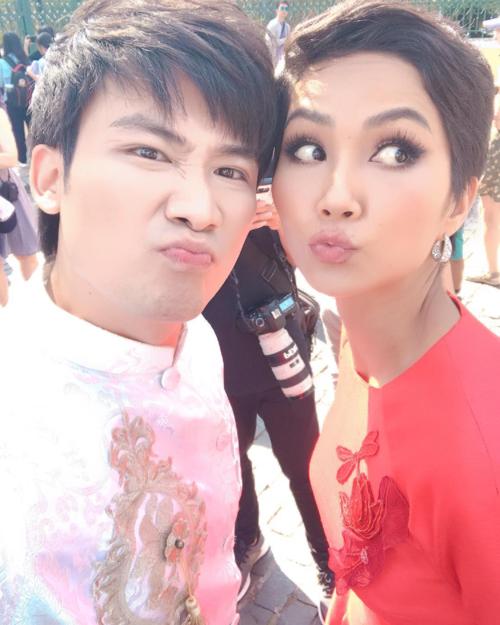 Mặc áo dài rồi thì selfie kiểu nào cũng đẹp nha Chí Thiện chia sẻ về bức ảnh chụp cùng HHen Niê khi cùng tham gia một sự kiện.