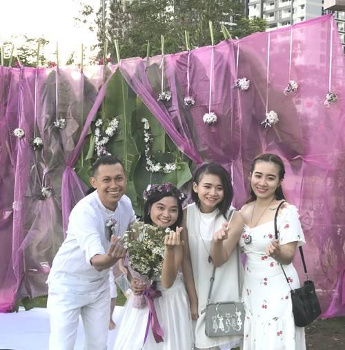 Karl và Linh (ngoài cùng bên trái) chụp cùng bạn bè.Đám cưới của họ được trang trí bằng lá chuối,hoa dại. Ảnh: Kim Anh.