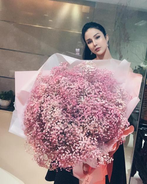 Diệp Lâm Anh pose hình bên bó hoa to hơn cả người.