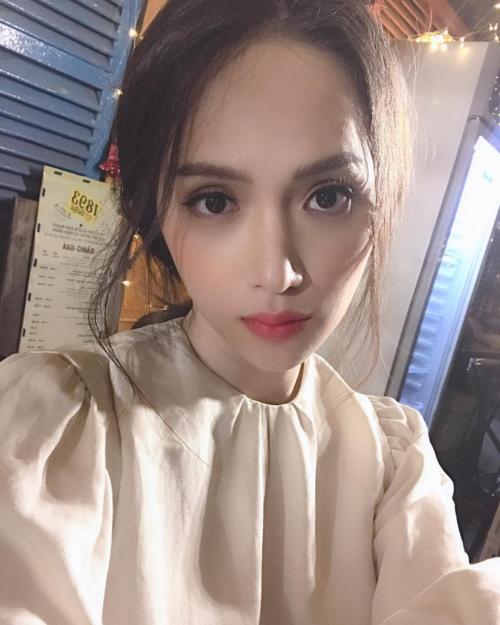 Hương Giang tâm sự: Khuôn mặt thất thần của cô gái sắp hết nhiệm kỳ Hoa hậu. Mộtnăm qua mình làm tốt mà đúng không?.