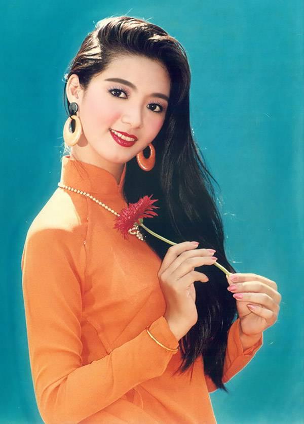 Những ai yêu thích nghệ thuật thập niên 90 hẳn không quên được gương mặt khả ái của Thanh Xuân, người đẹp đoạt giải Hoa hậu điện ảnh năm 1991. Tuy đoạt được giải thưởng lớn về điện ảnh, nhưng Thanh Xuân lại nổi bật trong lĩnh vực thời trang. Trong suốt những năm 1990, hình ảnh Thanh Xuân gần như tràn ngập trên các bộ ảnh lịch, mà tấm ảnh trên là một ví dụ (ảnh chụp năm 1993). Cô cũng là người mẫu góp mặt trong hầu hết các chương trình biểu diễn thời trang lớn thời bấy giờ. Khi sự nghiệp đang ở đỉnh cao, cô lập gia đình với một Việt kiều và sang Canada định cư. Năm 2003, cô cùng gia đình trở về Việt Nam và sinh sống tại TP HCM. Hiện, cô đã có 2 con.