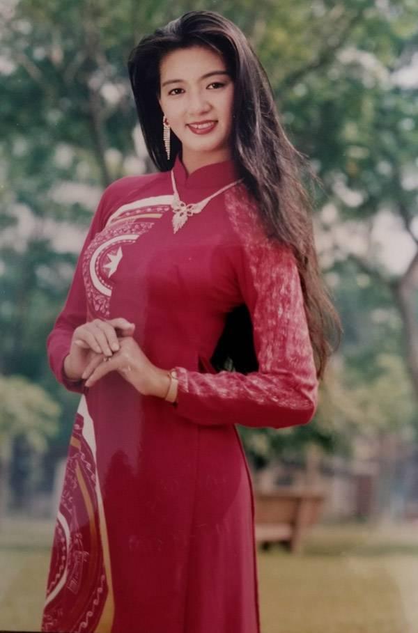 Thanh Xuân duyên dáng trong tà áo dài, khoe vẻ duyên dáng khi ở tuổi đôi mươi.