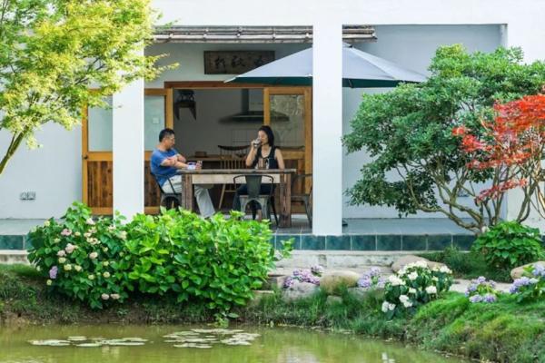 Zhang đã sử dụng các vật liệu phế thải khi xây dựng, trang trí khu vườn: gạch xanh, quặng, tà vẹt... với chi phí hơn 10.000 nhân dân tệ. Trong 16 năm qua, hầu hết mọi sự quan tâm của chị đều dành cho khu vườn. Họ làm đường ống dẫn nước từ sông vào vườn và tạo ra một cái ao tuần hoàn. Xung quanh ao, họ trồng hao cẩm tú cầu.