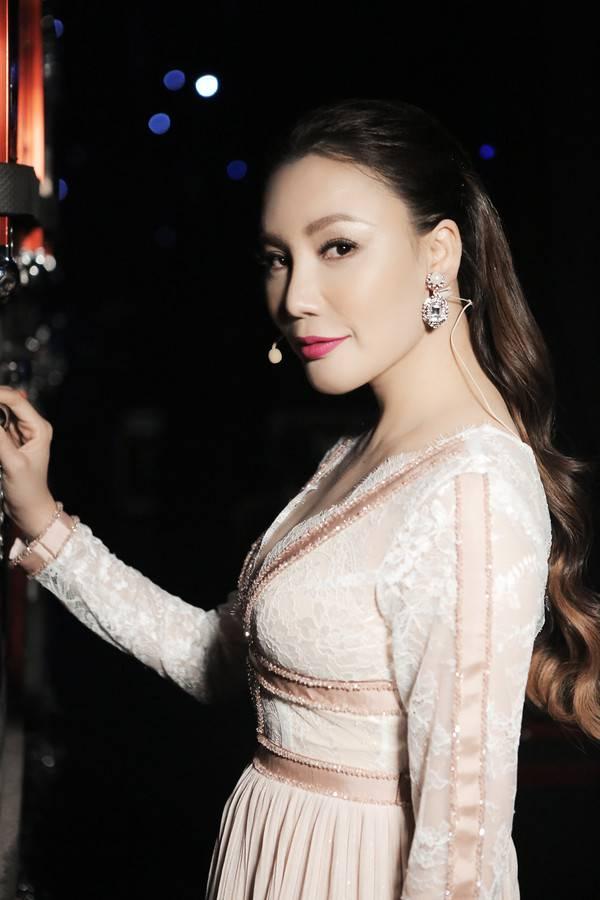 Tái xuất sau thời gian ở ẩn, Hồ Quỳnh Hương lấy lại phong độ xinh đẹp khiến fan vui mừng!