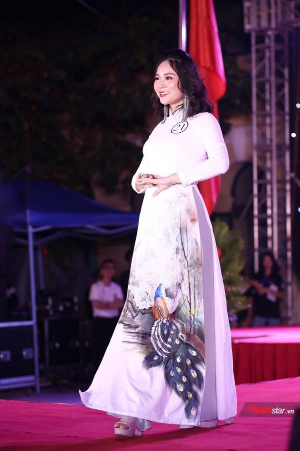 Thí sinh trình diễn áo dài xuất sắc nhất: Trần Đinh Phương Mai sải bước đầy duyên dáng