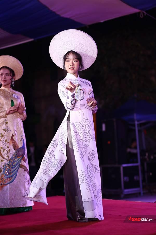 Quán quân Đặng Tú Ngọc cũng sở hữu những bước catwalk uyển chuyển không thua kém người mẫu chuyên nghiệp