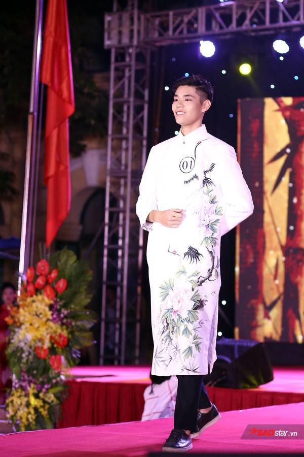 Sở hữu chiều cao đáng nể, Nguyễn Lê Minh Dũng xuất hiện vô cùng lịch lãm trong trang phục áo dài hiện đại