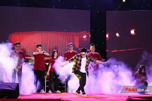 Đặng Lê Nhật Minh thể hiện tình yêu cháy bỏng với nghệ thuật trong phần biểu diễn nhảy hiện đại Con đường tôi