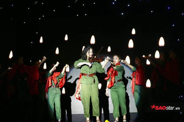Hoa khôi áo dài Trần Đinh Phương Mai lại khiến toàn bộ khán giả xúc động khi tự mình đệm đàn violin da diết trong vở nhạc kịch về thời kháng chiến