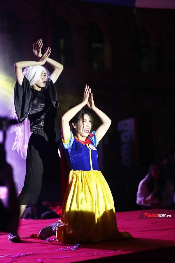 """Thí sinh tài năng Nguyễn Minh Anh hóa thân thành nàng Bạch Tuyết vô cùng mạnh mẽ, năng động, sẵn sàng """"battle dance"""" với dì ghẻ của mình."""