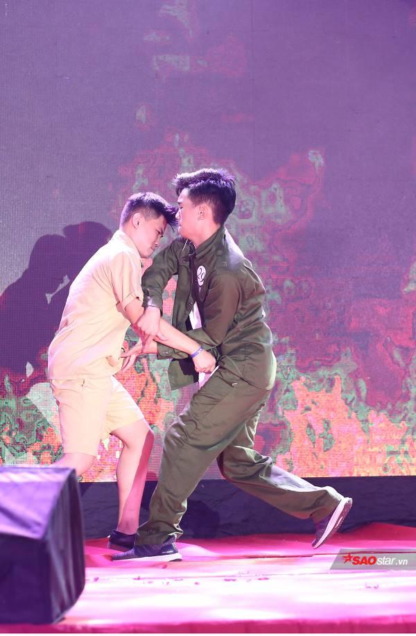 Hóa thân thành một chiến sĩ thời xưa, Nguyễn Nhật Anh khoe những đường võ điêu luyện trên sân khấu
