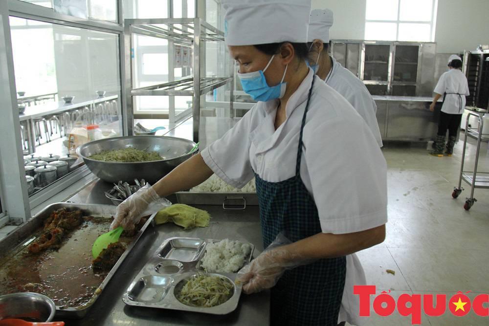 Nhiều phụ huynh yêu cầu giảm thịt lợn trong thực đơn của học sinh, kiểm tra đột xuất bếp ăn nhà trường - Ảnh 2.