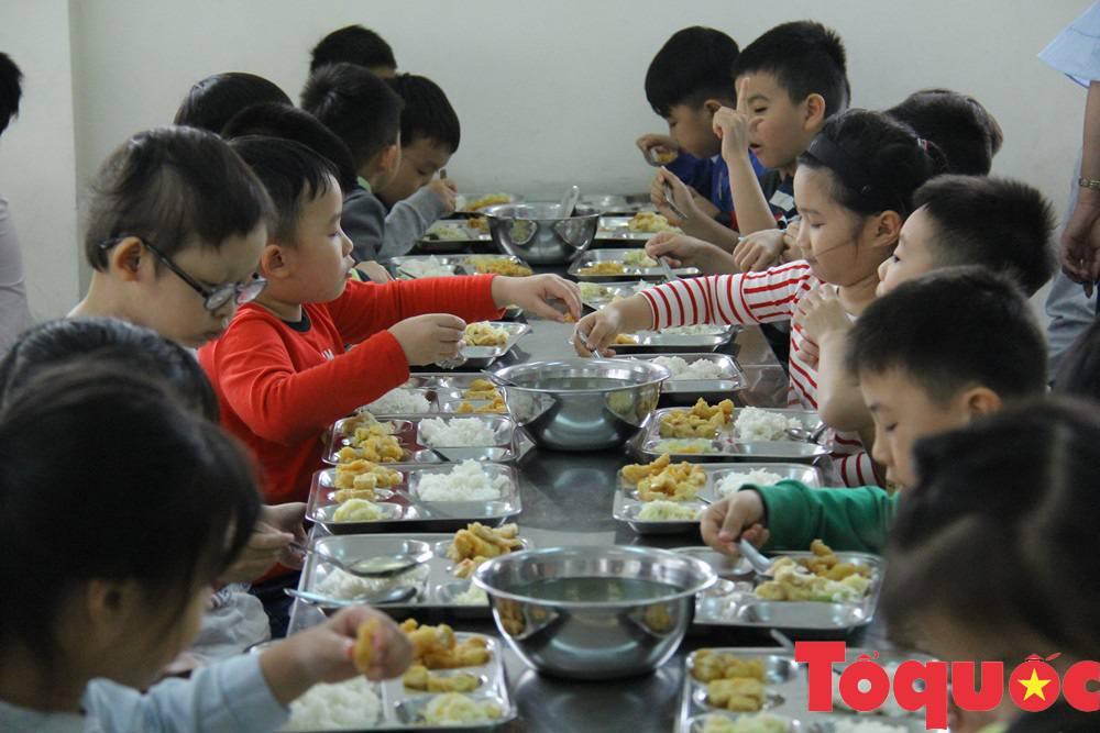 Nhiều phụ huynh yêu cầu giảm thịt lợn trong thực đơn của học sinh, kiểm tra đột xuất bếp ăn nhà trường - Ảnh 1.