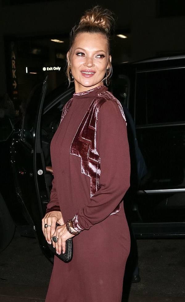 Kate Moss ở tuổi 45 không còn giữ được nhan sắc và vóc dáng gợi cảm như thời trẻ. Cô đã từ giã sàn diễn và tập trung thiết kế, kinh doanh thời trang cùng thương hiệu Topshop.