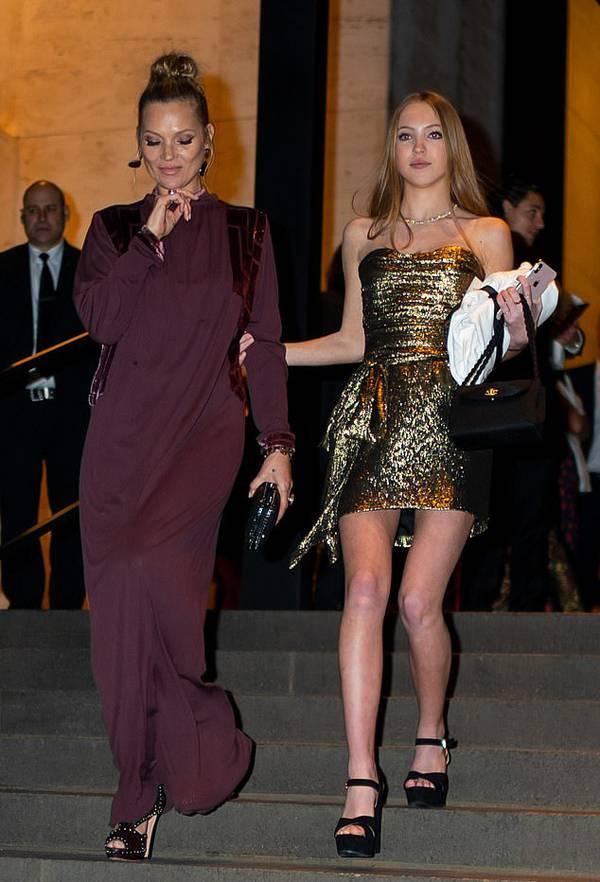 Kate Moss và con gái Lila Grace tới khách sạn ở New York dự tiệc cưới của nhà thiết kế Marc Jacobs với người tình đồng giới Char Defrancesco vào tối thứ 7. Lila gây chú ý với thân hình chuẩn mẫu, gương mặt khả ái.