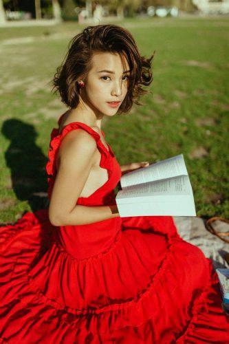 Hoàng Oanh xinh đẹp rạng rỡ, mang nón lá Việt xuống phố giữa trời Tây ảnh 9