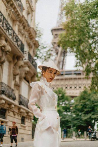 Hoàng Oanh xinh đẹp rạng rỡ, mang nón lá Việt xuống phố giữa trời Tây ảnh 0