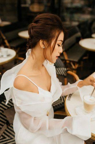 Hoàng Oanh xinh đẹp rạng rỡ, mang nón lá Việt xuống phố giữa trời Tây ảnh 2