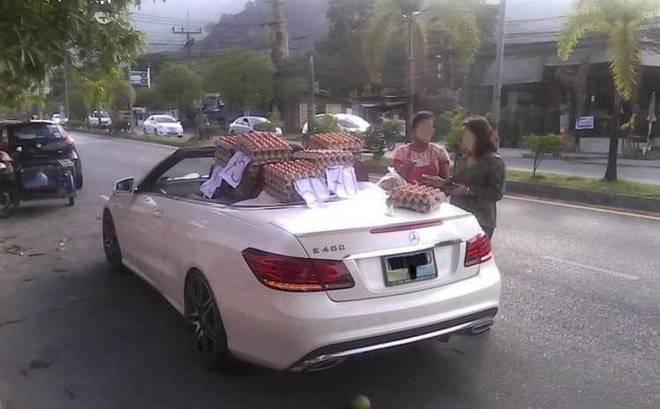 Sau vô lăng - Chuyện thật như đùa: Nữ tài xế lái Mercedes mui trần sang chảnh đi bán trứng gây sốt