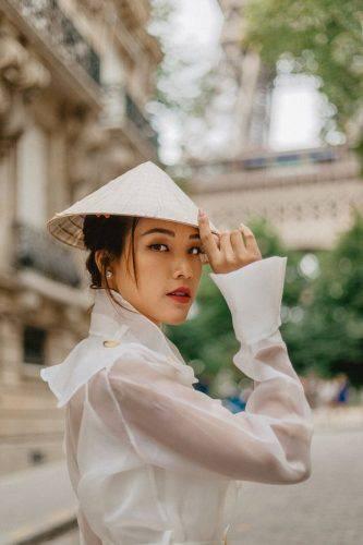 Hoàng Oanh xinh đẹp rạng rỡ, mang nón lá Việt xuống phố giữa trời Tây ảnh 4