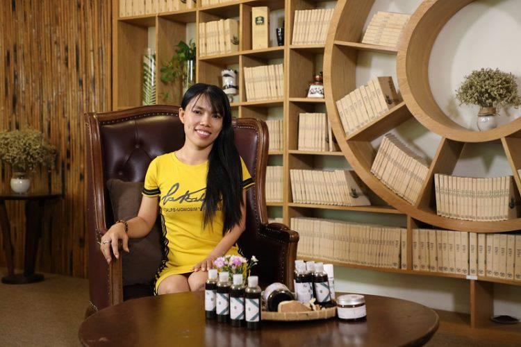 Kim Hoàng và sản phẩm của mình.