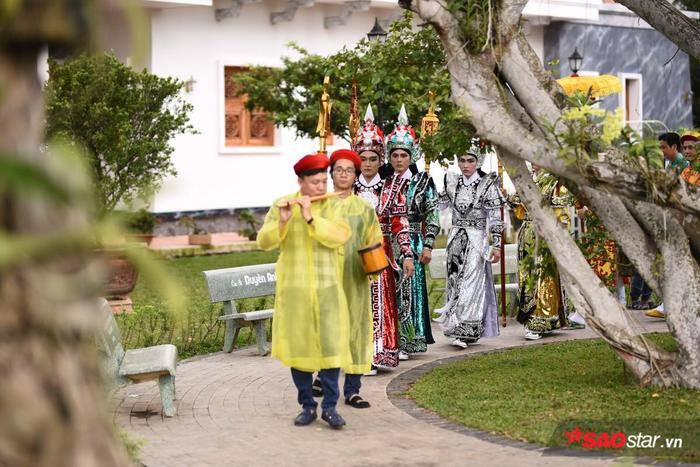 NSƯT Hoài Linh diện áo dài khăn đóng, nghiêm trang cúng Tổ nghiệp tại nhà thờ trăm tỷ ảnh 7