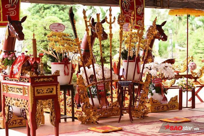NSƯT Hoài Linh diện áo dài khăn đóng, nghiêm trang cúng Tổ nghiệp tại nhà thờ trăm tỷ ảnh 1