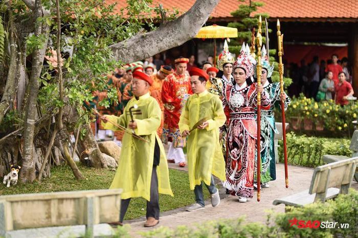 NSƯT Hoài Linh diện áo dài khăn đóng, nghiêm trang cúng Tổ nghiệp tại nhà thờ trăm tỷ ảnh 8
