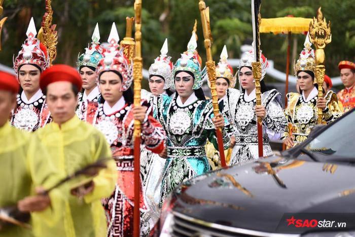 NSƯT Hoài Linh diện áo dài khăn đóng, nghiêm trang cúng Tổ nghiệp tại nhà thờ trăm tỷ ảnh 16