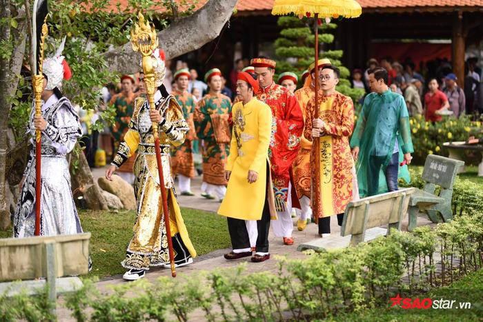 NSƯT Hoài Linh diện áo dài khăn đóng, nghiêm trang cúng Tổ nghiệp tại nhà thờ trăm tỷ ảnh 9