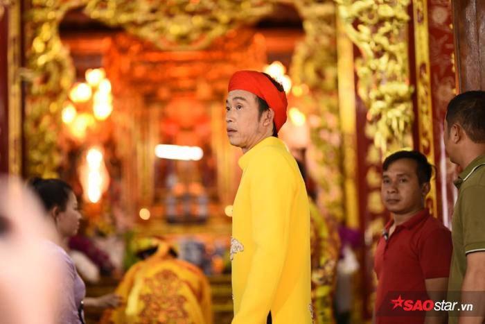 Danh hài Hoài Linh xuất hiện với áo dài khăn đống chỉnh tề.