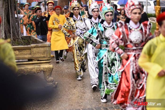 NSƯT Hoài Linh diện áo dài khăn đóng, nghiêm trang cúng Tổ nghiệp tại nhà thờ trăm tỷ ảnh 13