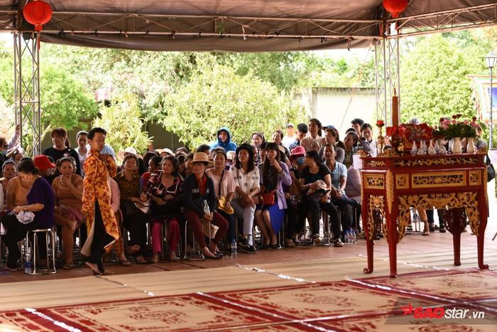 Rất đông người đã có mặt từ sớm đợi đến giờ làm lễ.