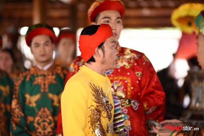 NSƯT Hoài Linh diện áo dài khăn đóng, nghiêm trang cúng Tổ nghiệp tại nhà thờ trăm tỷ ảnh 6