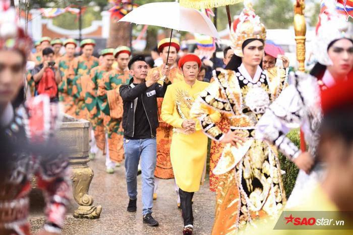 NSƯT Hoài Linh diện áo dài khăn đóng, nghiêm trang cúng Tổ nghiệp tại nhà thờ trăm tỷ ảnh 14