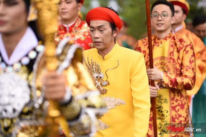 NSƯT Hoài Linh diện áo dài khăn đóng, nghiêm trang cúng Tổ nghiệp tại nhà thờ trăm tỷ ảnh 11