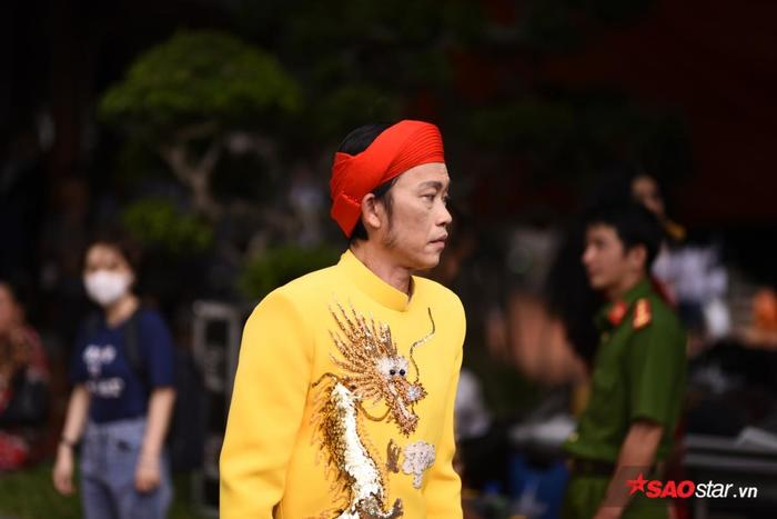 NSƯT Hoài Linh diện áo dài khăn đóng, nghiêm trang cúng Tổ nghiệp tại nhà thờ trăm tỷ ảnh 15
