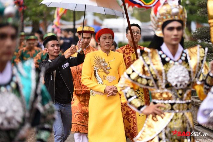NSƯT Hoài Linh diện áo dài khăn đóng, nghiêm trang cúng Tổ nghiệp tại nhà thờ trăm tỷ ảnh 10