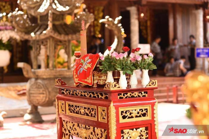 NSƯT Hoài Linh diện áo dài khăn đóng, nghiêm trang cúng Tổ nghiệp tại nhà thờ trăm tỷ ảnh 2