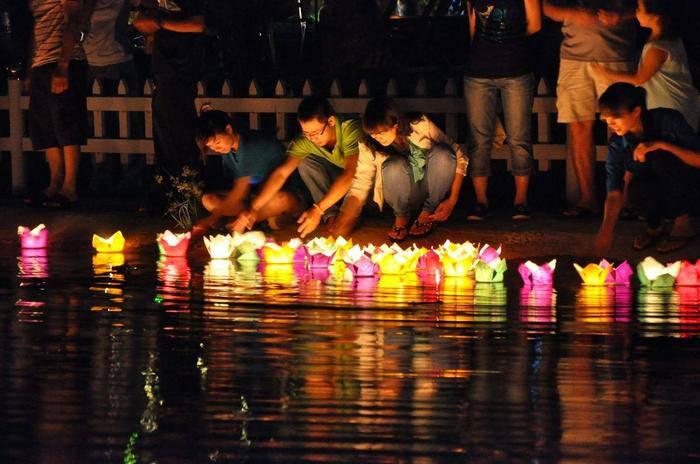 Công viên Lê Thị Riêng thu hút nhiều bạn trẻ đến thả đèn hoa đăng trong dịp Tết Trung thu.