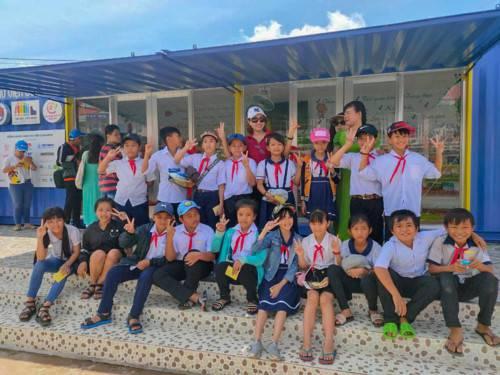 Học sinh huyện nghèo Tháp Mười, tỉnh Đồng Tháp hào hứng với thư viện container.
