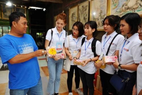 Thành viên đoàn hành trình tham quan, trải nghiệm tại cơ sở làm đường thốt nốt tại tỉnh An Giang.