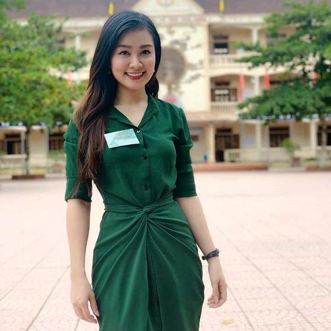 Hình ảnh nữ giám thị Lê Hà Phương gây sốt mạng xã hội trong kỳ thi THPT Quốc gia 2019 vừa qua