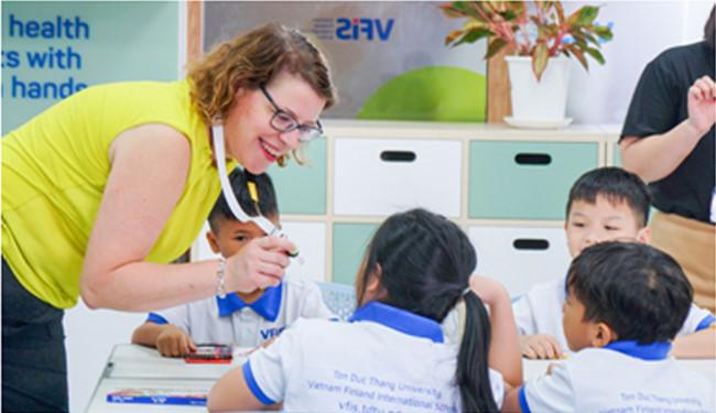 Cô Seija Nyholm trong một tiết học với các học sinh VFIS