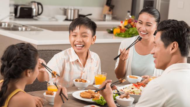 Ăn uống thế nào mới giúp phòng chống Covid-19 hiệu quả ngay cả khi gia đình quây quần bên mâm cơm hàng ngày? - Ảnh 2.