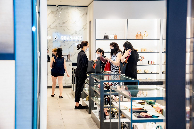 Người dân trở lại mua sắm tấp nập tại một Trung tâm thương mại ngay sau khi lệnh giãn cách xã hội được gỡ bỏ.