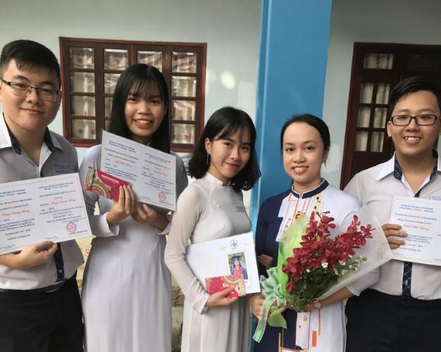 Cô giáo Lê Hoàng Anh cùng HS Trường THPT Nguyễn Du đoạt giải tại Cuộc thi Học sinh giỏi thành phố môn Tiếng Anh.