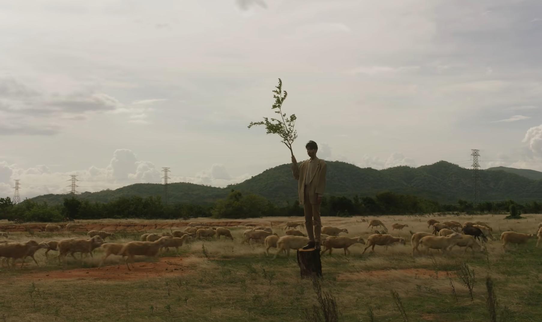 """Khám phá đồng cỏ đẹp như thảo nguyên trong MV """"Trốn tìm"""" của Đen Vâu - 2"""